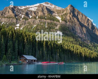 Alba sul Lago Louise, il Parco Nazionale di Banff, Alberta, Canada. Foto Stock