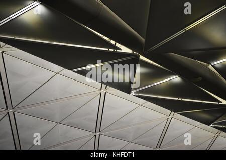 Aeroporto di astratta soffitto pannelli metallici, riflessi e ombre Foto Stock