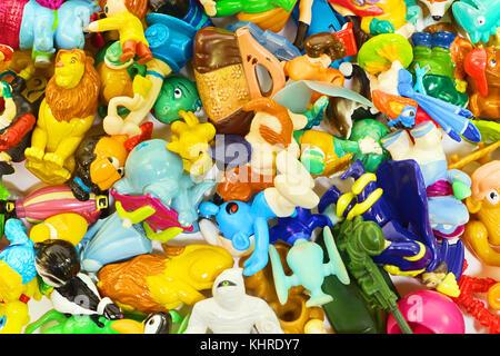 Cumuli di diversi piccoli giocattoli compresi kinder sorpresa come sfondo Foto Stock