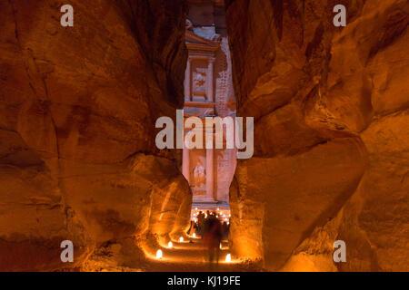 Petra, Giordania, 24 dicembre 2015, il Ministero del Tesoro, Petra di notte. Un antica città di Petra, Al Khazneh Foto Stock