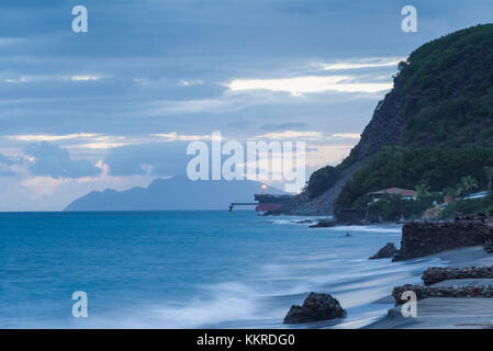 Paesi bassi, Sint Eustatius, oranjestad, oranjestad bay, vista in elevazione della petroliera e isola di saba, crepuscolo Foto Stock