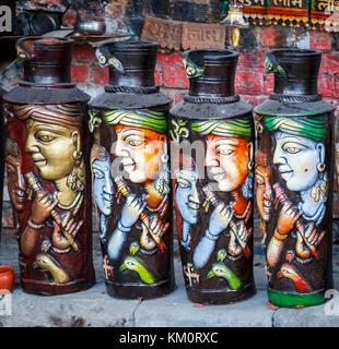Vasi di ceramica sul display per la vendita come souvenir turistici di Amritsar, una città nel nord-occidentale Foto Stock
