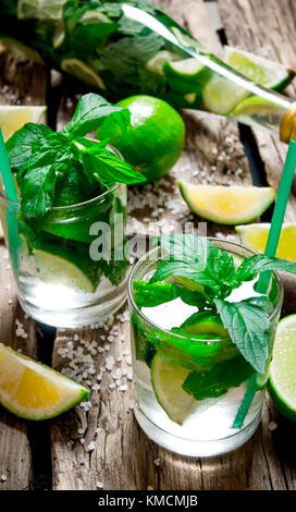 Cocktail mojito . preparata di fresco mojito in vetro e la bottiglia con la menta e lime, zucchero e rum. su di Foto Stock