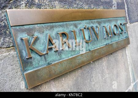 Karluv più alfiere di bronzo sulla parete di Carlo ponte sul fiume Moldova a Praga Foto Stock
