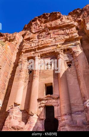 Rock tomba reale Arch Petra Giordania. Costruito dal Nabataens nel 200 A.C. al 400 D.C. Rose rosse pareti del canyon Foto Stock