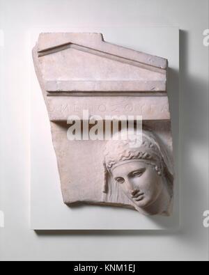 Frammento di una tomba in marmo stele di una donna. Periodo: classici; Data: ca. 400-390 B.C; Cultura: greco, attico; Foto Stock