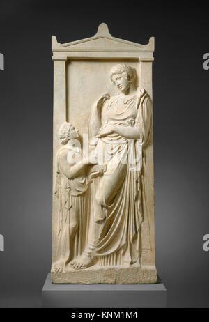 Tomba di marmo stele di una giovane donna e servo. Periodo: classici; Data: ca. 400-390 B.C; Cultura: greco, attico; Foto Stock
