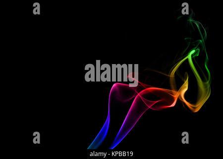 Fluente fumo arcobaleno sullo sfondo nero Foto Stock