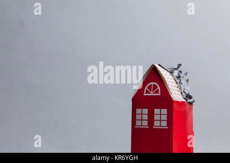 Casa di fuoco concetto. Casa giocattolo con fiamme Foto Stock