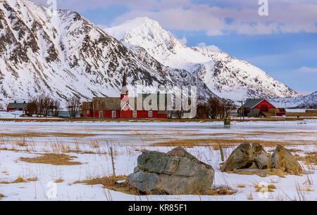 Chiesa di Flakstad è una graziosa chiesa rurale sulle isole Lofoten in Norvegia del nord. Foto Stock