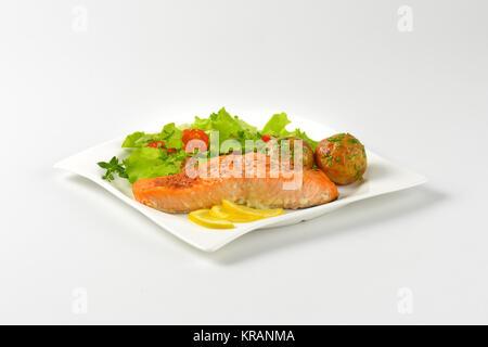 Filetto di salmone con patate arrosto e verdure fresche Foto Stock