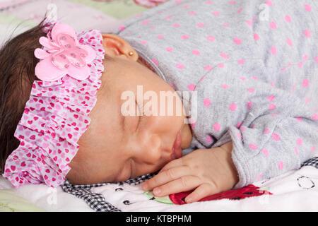 Un mese-vecchio bambino dorme tranquillamente Foto Stock
