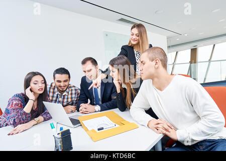 Startup business gruppo persone ogni giorno di lavoro lavoro in ufficio moderno Foto Stock