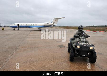 FS GABRESKI ANGB, Westhampton Beach, NY-membro della 106ª delle forze di sicurezza squadrone mantiene un occhio Foto Stock