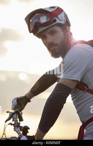 Ritratto maschile di mountain biker in presenza di luce solare Foto Stock