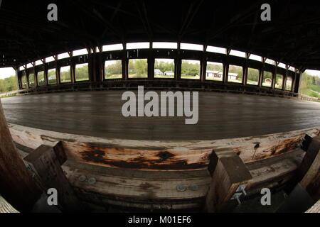 Fish-eye vista interna di un ponte coperto in legno Foto Stock