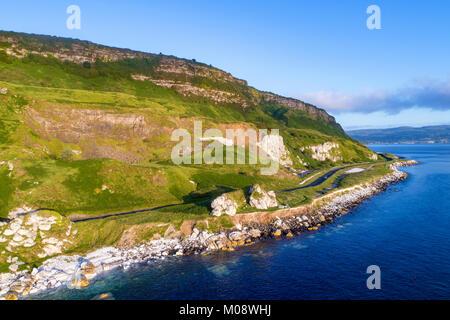 La costa orientale dell'Irlanda del Nord e la strada costiera di Antrim, a.k.a. Giant's Causeway percorso costiero Foto Stock
