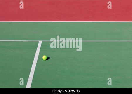 Campo da tennis, dettaglio off linee e una sfera Foto Stock