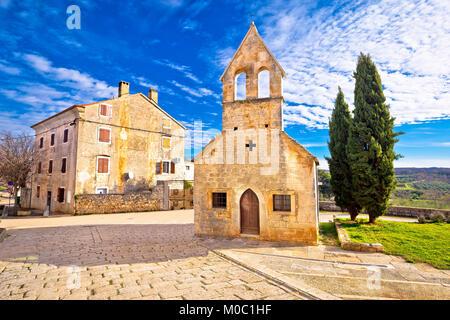 Città di Visnjan vicoli in ciottoli e chiesa vista l'Istria, regione della Croazia Foto Stock