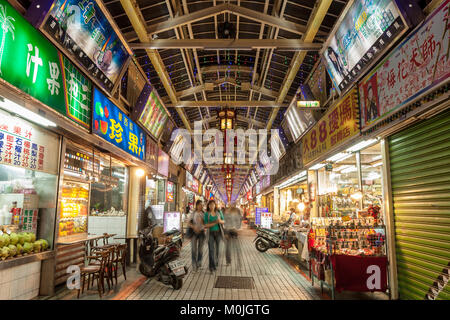 Illuminazione infinita di cartelloni e people shopping notturno in Huaxi Street Mercato Turistico Notturno, Wanhua Foto Stock