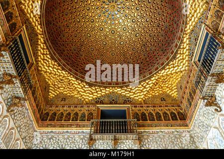 Soffitto a cupola dettaglio, Real Alcazar de Sevilla (palazzo reale di Siviglia), Siviglia, Spagna Foto Stock