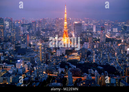 Lo skyline di Tokyo al tramonto, con la famosa Torre di Tokyo Foto Stock