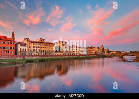 Il fiume Arno e il Ponte Vecchio a Firenze, Italia Foto Stock
