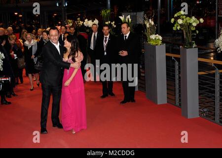 """Die Schauspieler Jean Reno und Aishwarya Rai Bachchan bei der Premiere zu dem Film """"Pink Panther 2' (Der Rosarote Foto Stock"""
