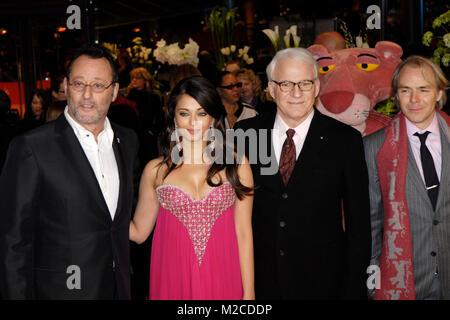 """Die Schauspieler Jean Reno, Aishwarya Rai Bachchan und Steve Martin (v. li.) bei der Premiere zu dem Film """"Pink Foto Stock"""