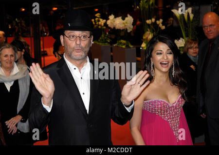 Jean Reno mit dem Hut von Berlinale-Chef Dieter Kosslick und Aishwarya Rai Bachchan bei der Premiere zu dem Film Foto Stock