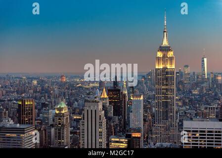 La città di New York skyline al tramonto Foto Stock