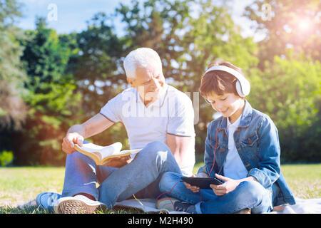 Allegro nonno trascorrere weekend con il nipote all'aperto Foto Stock