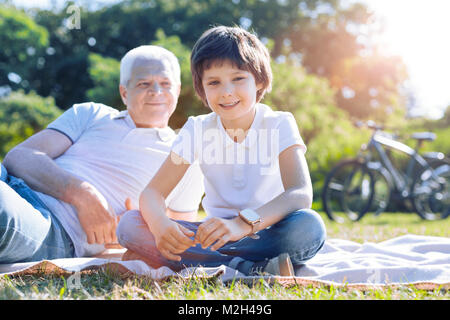 Capretto rilassati trascorrendo del tempo all'aperto con il nonno Foto Stock