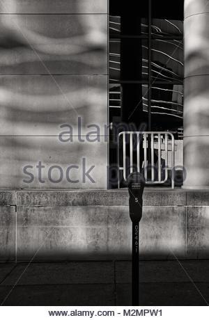 Riflette la luce del mattino dalle finestre di fronte alla strada. Foto Stock