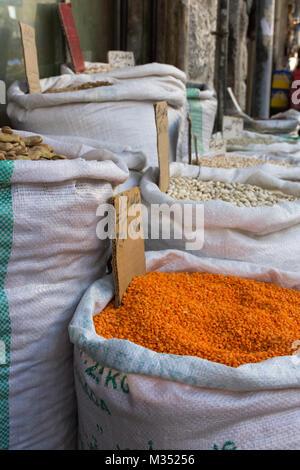 Close up di lenticchie in un tessuto borsa bianca in un souk in Amman Giordania. Fagioli e altri legumi sono in Foto Stock