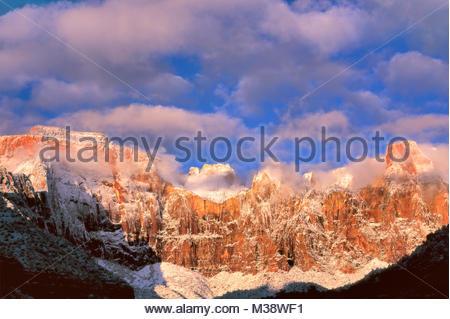 Il Tempio ad ovest e le torri della Vergine dopo la tempesta di neve, Parco Nazionale Zion, Utah Foto Stock