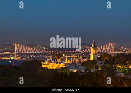 Notte Vista sul palazzo Topkapi e Ponte sul Bosforo, ad Istanbul in Turchia. Foto Stock