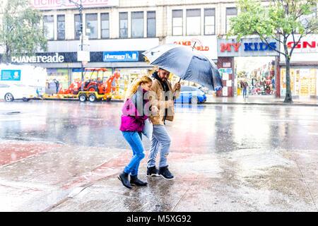 Bronx, Stati Uniti d'America - 29 Ottobre 2017: Strada in Fordham altezze centro con i negozi di New York City, Foto Stock