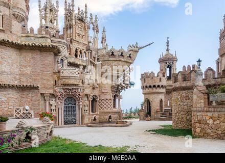 Benalmadena, Spagna - Maggio 30, 2015: Castillo Monumento Colo Mares. Questo castello a forma di costruzione è un Foto Stock