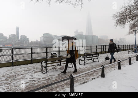 Londra, Regno Unito. 2 marzo 2018. La gente a piedi sul Tamigi percorso con il Coccio è avvolta nella neve a Londra Foto Stock