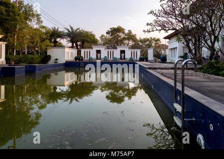 Vecchia piscina pubblica in un abbandono di asian progetto immobiliare dopo il fallimento di business dalla crisi Foto Stock
