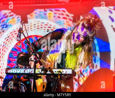 Femmina di suonare le tastiere, Islanda Airwaves, festival musicali, Reykjavik, Islanda Foto Stock