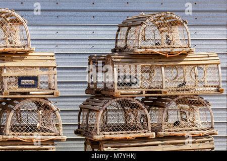 Le trappole a base di aragosta su un dock in Terranova. Foto Stock