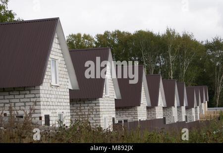Zona residenziale con case di recente costruzione in una riga Foto Stock