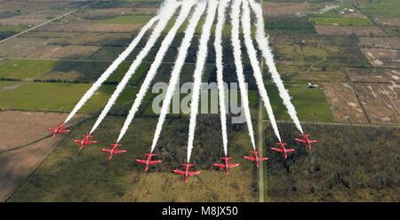 Le frecce rosse (RAF Aerobatic Team) sorvolo Ontario, Canada Foto Stock