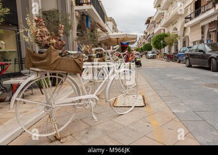 Zante, Grecia - 29 Settembre 2017: Decorative bici sul lungomare nella città di Zante. L'isola di Zante, Grecia Foto Stock