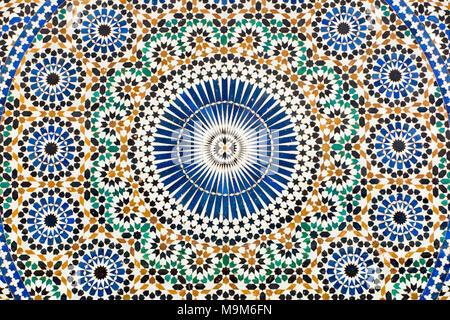 Il Marocco, Meknes, Place el Hedim, colorato zellij tilework modellato decorazione fontana di acqua Foto Stock