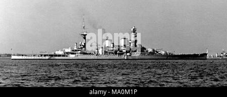 AJAXNETPHOTO. Maggio, 1937. SPITHEAD, Inghilterra. - Armi di grosso calibro - corazzata HMS REPULSE (32.000 tonnellate) visto a Spithead durante il maggio 1937 incoronazione revisione della flotta. La nave è stata persa OFF MALAYA 3 GIORNI DOPO L'attacco giapponese a Pearl Harbor. Fotografo:sconosciuto © IMMAGINE DIGITALE COPYRIGHT VINTAGE AJAX Picture Library Fonte: AJAX FOTO VINTAGE COLLEZIONE REF:52001_3_5_37 Foto Stock