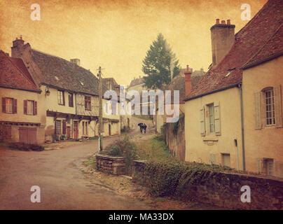 Strada di avvolgimento con vecchie case in Semur-en-Auxois, Borgogna, Francia. La foto in stile retrò. Trama della carta. Foto Stock