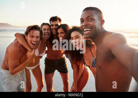 Gruppo di amici in posa per Selfie insieme sulla Spiaggia di vacanze Foto Stock